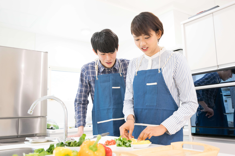 妻に料理を教わる夫