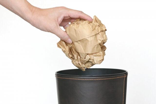 紙くずを捨てる