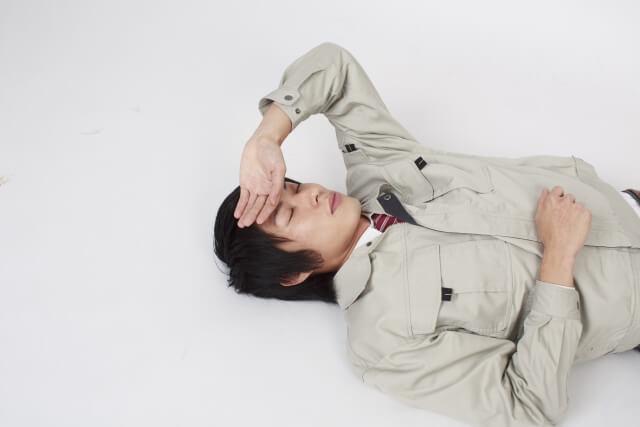 疲れて倒れる男性